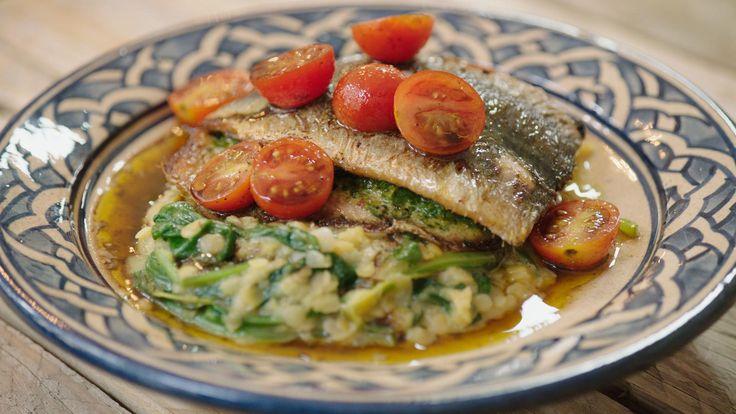 Deze heerlijke manier om sardines te bereidenleerdeJeroenop vakantie kennen. De linzensalade met jonge spinazie maakt het helemaal af.