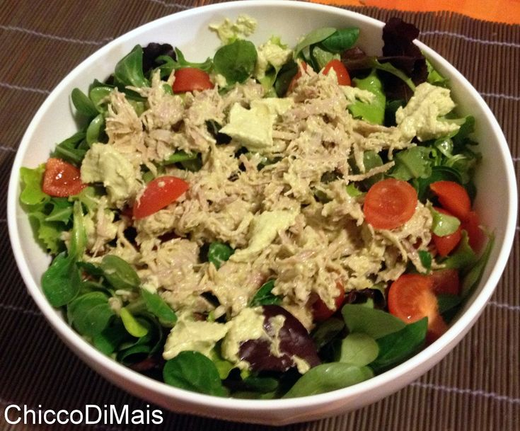 Insalata di pollo con salsa di avocado (rietta light). Ricetta per un' insalata di pollo leggera e gustosa, con salsa di avocado che combatte il colesterolo