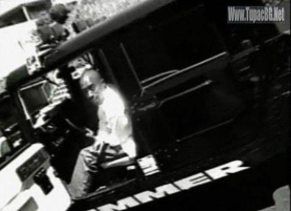Тупак Шакур за рулём пикапа Hummer H1, которые делают его современным и незаменимым.