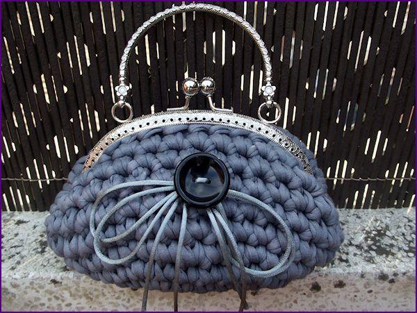 Bolso de inspiración vintage tejido a mano en crochet con trapillo gris plata, sin forrar. Se completa con boquilla metálica de asa.
