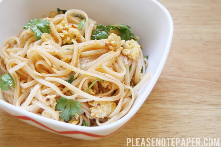 {simple spicy noodles} will try this!Simple Asian, Food Stuff, Mein Noodles, Simple Spicy, Red Roosters, Simple Recipe, Roosters Sauces, Spicy Noodles, Hot Sauces