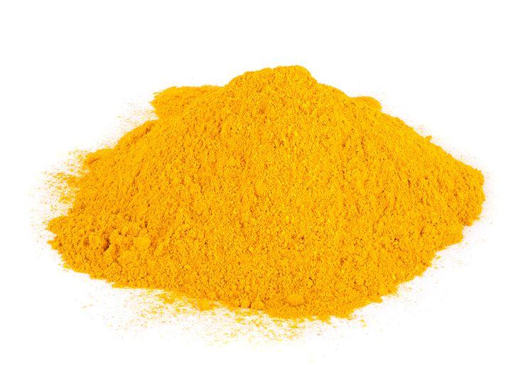 La curcumina es una de más de 200 fitonutrientes que se encuentran en la cúrcuma, un miembro de la familia del jengibre. Además de poseer propiedades terapéuticas múltiples, la curcumina es responsable de la pigmentación dorada de la especia
