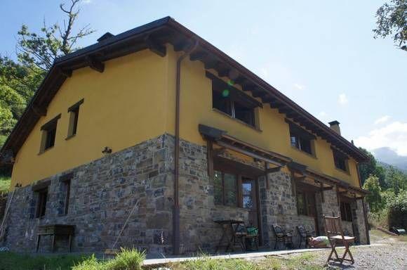 ASTURIAS, ALLER. Casa rural Yananzanes. 6 Habitaciones. Conjunto de 3 casas de 2 dormitorios cada uno y que se alquilan independiente o conjuntamente. Se encuentra en medio de un bosque de castaños, a casi 1000 m. de altitud en una aldea de montaña deshabitada, en medio de un paraíso de naturaleza. Cerca de #Oviedo y de las #playas. A unos 27 Km. de la #EstaciónDeEsquí de Fuentes de Invierno/San Isidro y a 48 Km. de #Valgrande / #Pajares.  #CasaRuralGrandeEnAsturias
