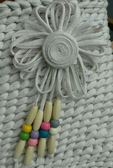Flor de trapillo y abalorios para bolso