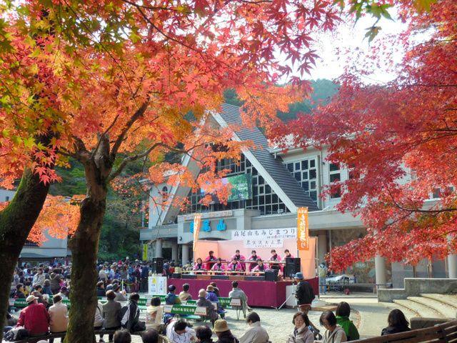 """来月から高尾山で「もみじまつり」、こけしの販売があるほか、ふもとでは太鼓や歌、マジックショー、盆踊り、伝統芸能など様々な催しを開催。 Raigetsu kara Takaosan de """"Momiji Matsuri"""", kokeshi no hanbai ga aru hoka, fumoto de wa taiko ya uta, majikku shō, bon odori, dentō geinō nado samazama na moyōshi o kaisai. Dari bulan depan """"Festival Daun Maple"""" di gunung Takaosan, di kaki gunung selain penjualan Kokeshi, diadakan berbagai acara seperti gendang dan nyanyian, pertunjukan sulap, Bon Odori, dan seni tradisional…"""