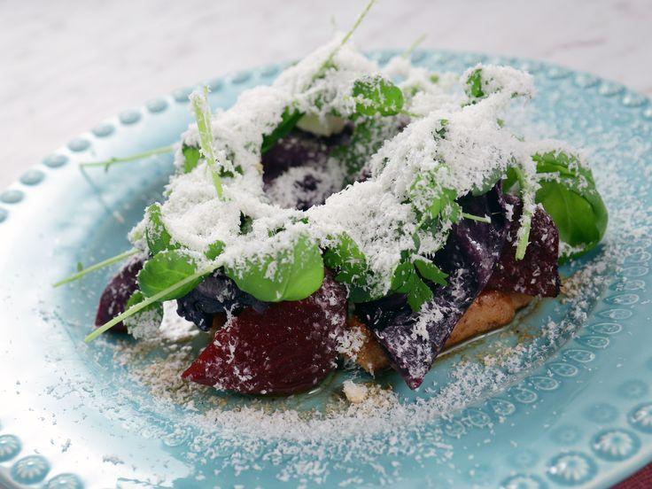 Fläskkotletter med riven fetaost och röda grönsaker | Recept från Köket.se