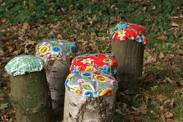 picknickfeestje by Mme Zsazsa, boomstamzithoesjes van tafelzeil :-)