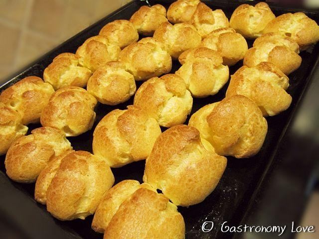 La pasta choux è una delle preparazioni base della pasticceria, utile per realizzare bignè, eclairs, zeppole e tanto altro.