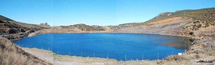 Lago artificial en antigua mina a cielo abierto