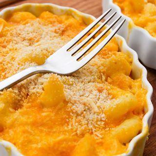O macarrão com queijo típico americano é o equivalente de um abraço em forma de comida. | 12 receitas de comidinhas perfeitas para comer no sofá