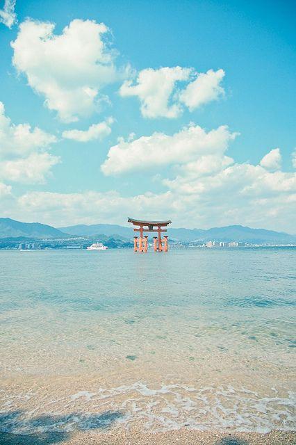 ileftmyheartintokyo: 宮島海上鳥居,超美!! by conago1 on Flickr.