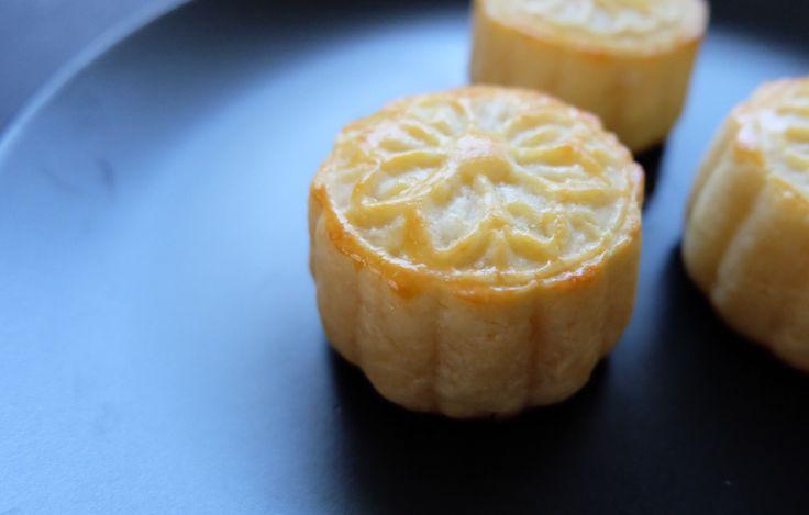 Baked custard mooncakes