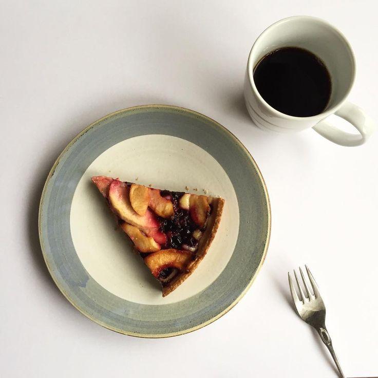 今朝の朝ごはん Apple and black currant tart 手作りではありません コストコのです 昨晩から食べ続けてます  ブラックカラント(英語) 仏語ではカシス日本語だと黒すぐり ちなみにラズベリーは仏語ではフランボワーズ この辺が混同しててスッキリした人います 私も調べました  yogaの仕事行って来ます   #goodmorning #breakfast #appleandbkackcurrant #tart #tarte #pie #costco  #ronharman #sweets #cofee #morningcoffee #yummy #autumn #instagood #foodporn  #blackcurrant #apple #アップルアンドブラックカラントタルト #コストコ #お皿 #ロンハーマン #コーヒーカップ #グッゲンハイム美術館 #ブラックカラント #りんご #りんごのお菓子 #タルト #焼き菓子  甘酸っぱくてシャキシャキ感が美味しいです  タルト台はもうひとつですがお値段大きさから言ったら充分です