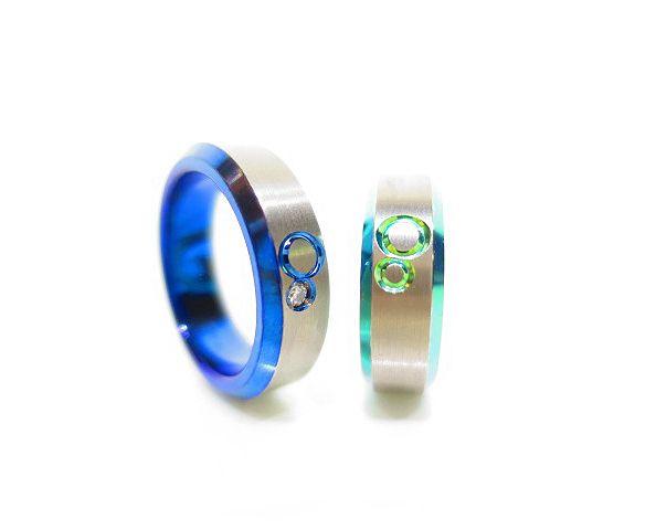 【結婚指輪 チタンサークル台形】 色鮮やかなチタンリング。 2つのサークルは寄り添うおふたりを表し、ふたりの絆が永遠に続くようにと願いが込められています。 素材:Ti