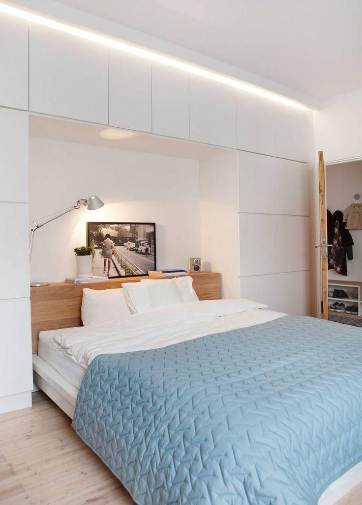 Skapene fra Kvik. Sengen og sengegjerdet er laget av en rammemadrass fra Ikea og eikeplater.