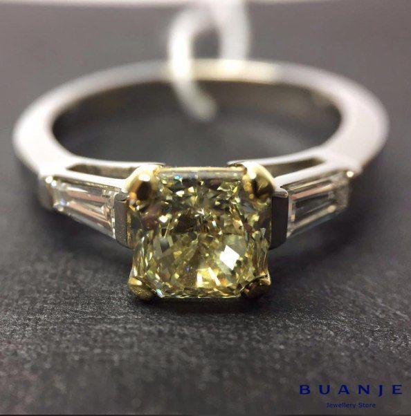 Желтый бриллиант, белые бриллианты огранки «багет» в белом золоте . Любите сдержанность и классику, но не исключаете долю экстравагантности? Искусные ювелиры BUANJE создали великолепное кольцо в классическом стиле, использовав в качестве центрального камня фантазийный нежно-желтый бриллиант, тем самым придав ему индивидуальности и необычности. Теперь это не совсем классическое кольцо – это кольцо для гордой, умной, сильной и мудрой женщины, в глубине души которой живет совсем юная девочка…