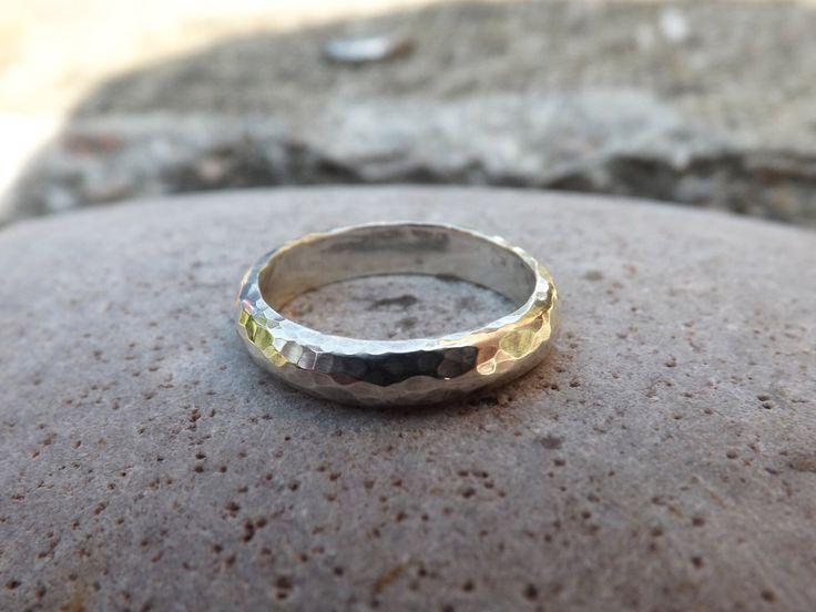 Anillo de meteorito de plata de los hombres: anillo martillado, plata con textura, anillo de la venda de plata, anillo de plata grueso, anillo hecho a mano de los hombres, anillo de bodas de los hombres de CuriousMagpieDesigns en Etsy https://www.etsy.com/es/listing/254479924/anillo-de-meteorito-de-plata-de-los