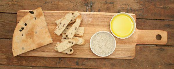 Focaccia met zwarte olijven en rozemarijn; brood met pure smaken uit Italië. Het kost even tijd maar dan heb je wel wat. Lekker bij soep of bij de borrel.