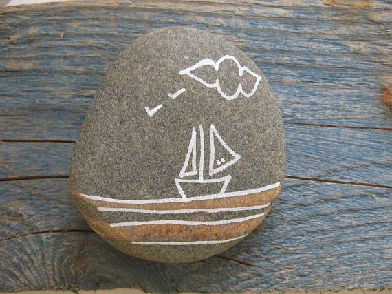 Galet de plage peint à la main avec bateau, oiseau et nuage pour décoration ou presse papier