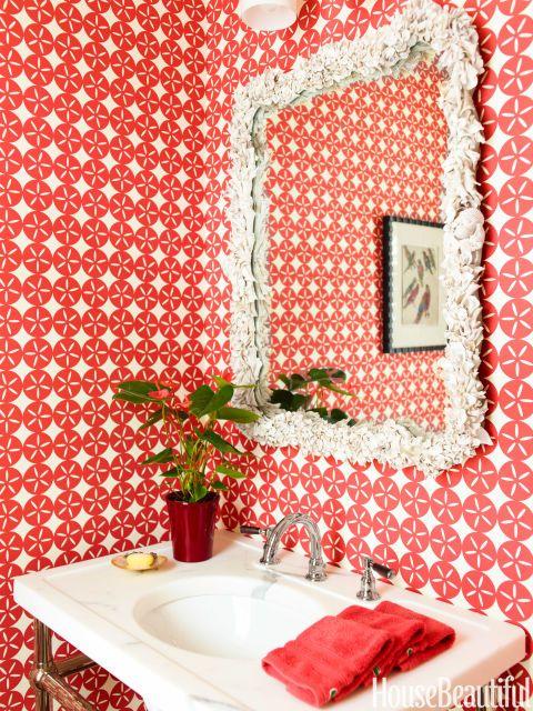 Vá corajoso com papel de parede - especialmente em uma pequena casa de banho.  Em uma casa Florida desenhado por Jesse Transportador e Mara Miller, animador papel de parede do quarto do pó é de Madison e crescer.