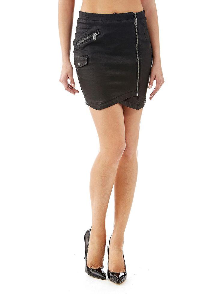 La minigonna in denim dimostra il perfetto equilibrio tra stile ladylike e contemporaneo