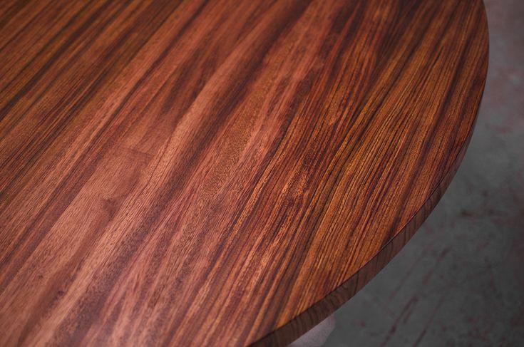 Table ronde en bubinga https://www.maxpoisson.com/meubles-sur-mesure-ebenisterie