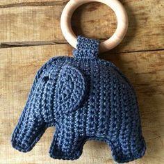 Olifantje in het bos… Een tijdje terug deze super leuke bijtring gemaakt. De olifantjes zijn erg leuk om kado te doen. Ik heb het patroon van Irene Haakt gebruikt. Het patroon staat hieronder…
