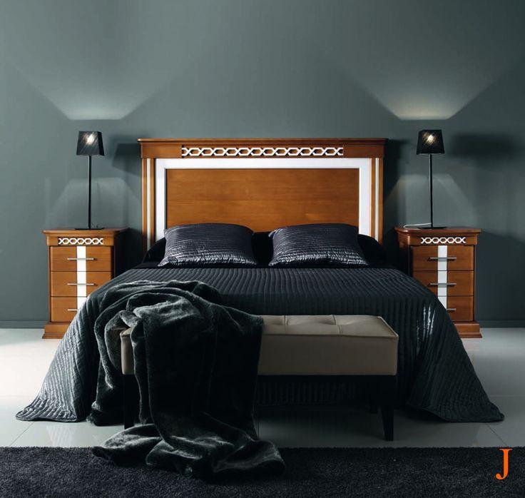 Dormitorio de lineas rectas compuesto de cabezal 170 x 130 cm. y 2 mesitas acabado en cerezo dorado y blanco, con detalles tallados.