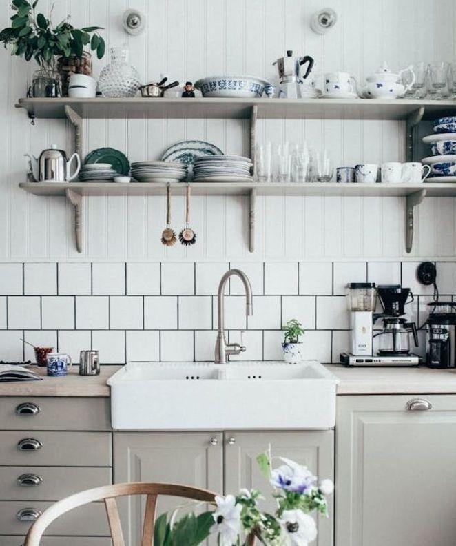 Idée relooking cuisine  modele de cuisine campagnarde avec façade gri perle poignées vintage créden