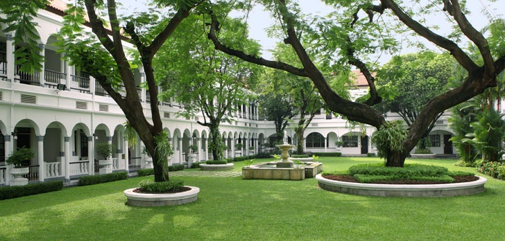 Hotel Majapahit (surabaya) garden/courtyard.. A beautiful outdoor wedding venue in the bustling city!! :)