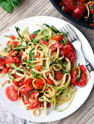 Rezept für einfache Zucchini Nudeln mit Tomaten und Paprika