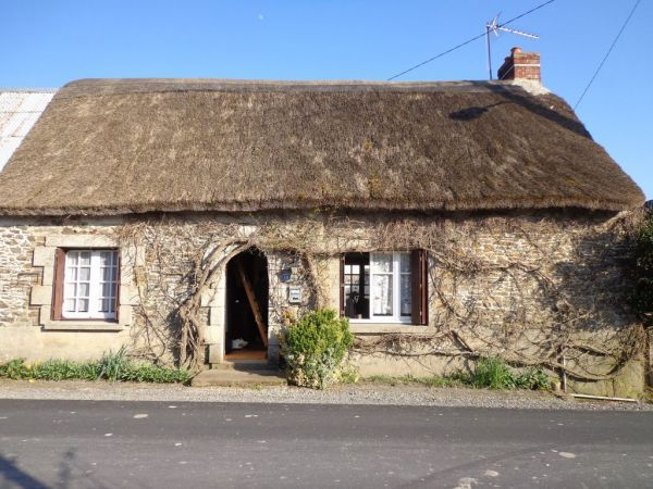 La Fresnais 35 Ille-et-Vilaine, Brittany - Charming Thatched Cottage in a lovely location, although habitable this property is in need of a refresh, it includes: a living room with kitchenette, a bedroom, a bathroom, an attic suitable for conversion. All with a garden of 40 m2 and a well. - See more at: http://www.francehousehunt.com/listing-charming-thatched-cottage%2C-needs-refresh-218677.html#sthash.gAT4JKTc.dpuf