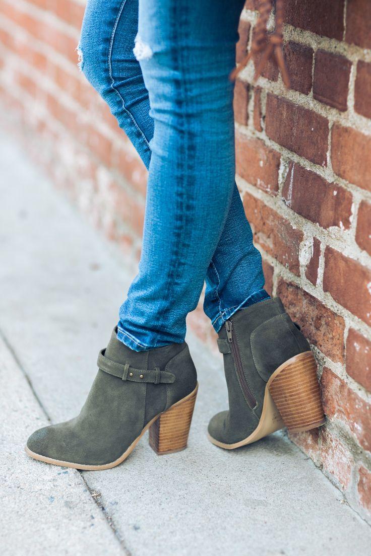 Street Look | Bota de saldo cano baixo cinza camurça