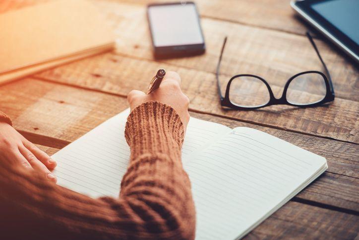La manera en que escribes puede revelar más de lo que imaginas. ¿De qué tamaño es tu letra? ¿Hacia qué lado está inclinada? ¿Cuánto espacio hay entre las palabras? Todo tendría un significado, que no solo iría relacionado con los rasgos de la personalidad, sino también con ciertas condiciones en la salud