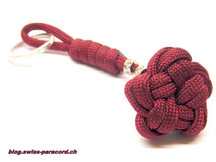 """Aus einem Abschnitt habe einen Single Strand Star Knot gemacht und diesen nun als Schlüsselanhänger meiner Frau übergeben. Der Zierknoten ist gar nicht so schwer wie er äußerlich wirkt. Für diesen """"Star Knot"""" habe ich ziemlich genau 1 m Paracord gebraucht. Hier die Videotutorials von dqmc07: Part 1: Part 2:"""