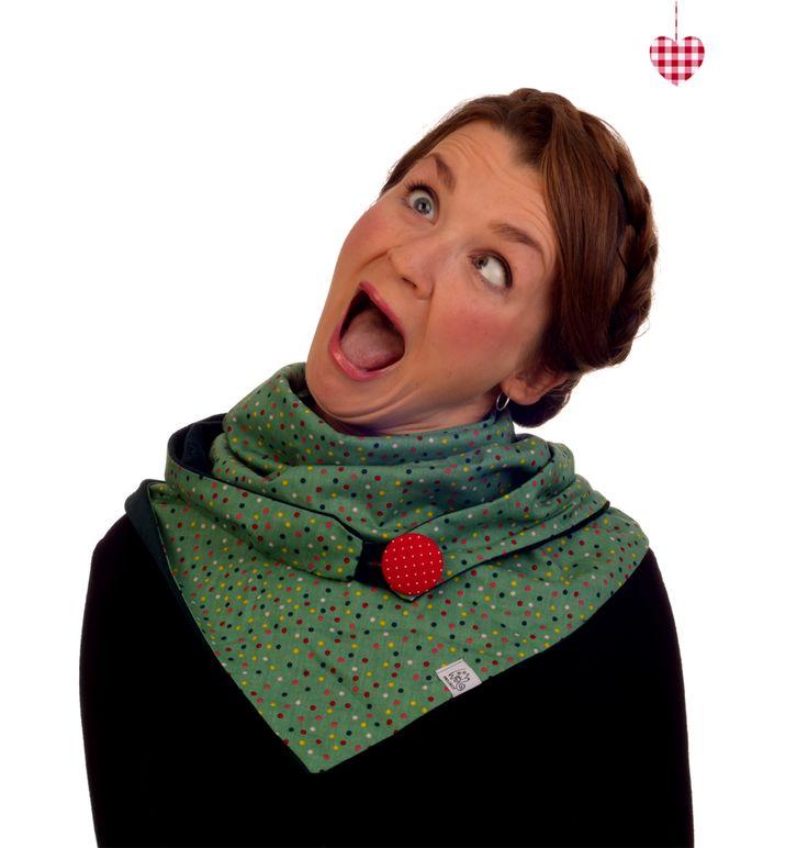 """So geht das """"KonfettiGesicht""""... Anne trägt eines unserer neuen Kuscheltücher """"Konfetti"""" in feengleichem, matten Grün, als Tuch, Kapuze, Loop oder Bolero/Stola tragbar =)"""