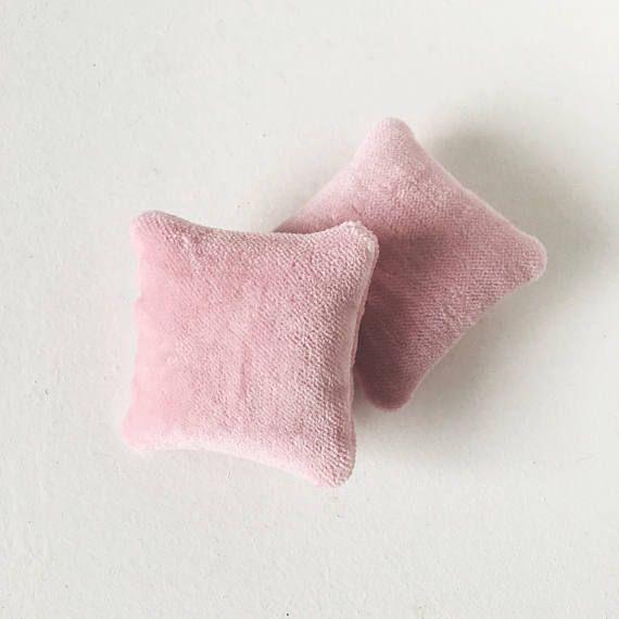 Estas almohadas de color rosa o azul terciopelo Euro hermoso vienen en un set de 2. Listado es para 2 almohadas. * 5 x 5 cm * Accesorios no incluidos. * Mis piezas están hechas para el suave juego solamente. No se recomienda para niños menores de 3 años. Yo les recomiendo para los niños mayores de 12 con supervisión de un adulto.
