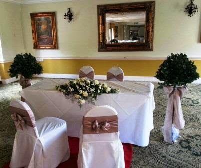 Ceremont table, White flowers Sandra's Flower Studio