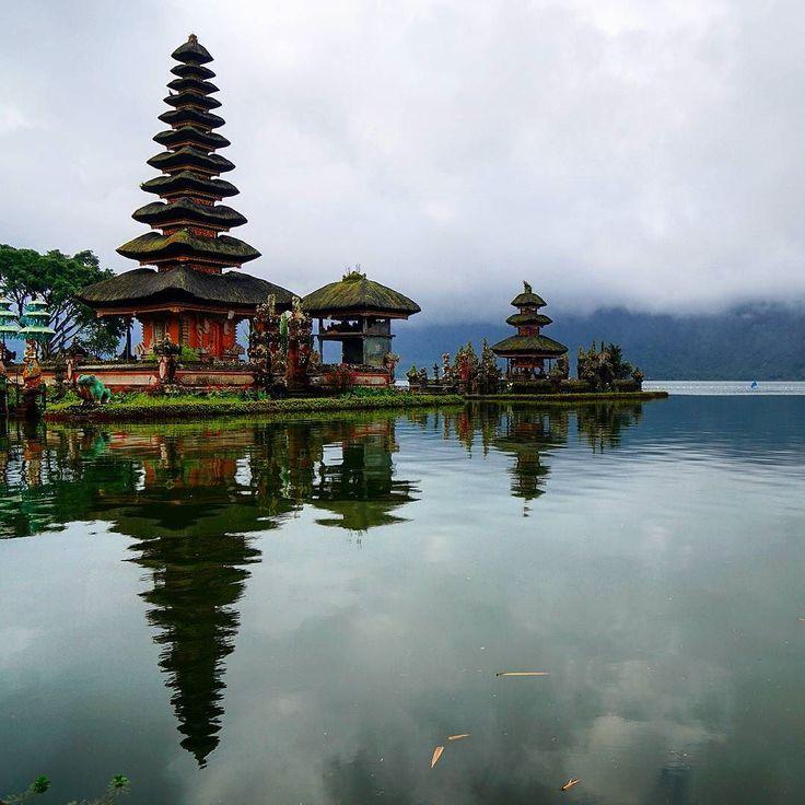 Ulun Danu Tempel hoch oben in den Bergen von Bali. #bali #starclippers #temple #indonesia_photography