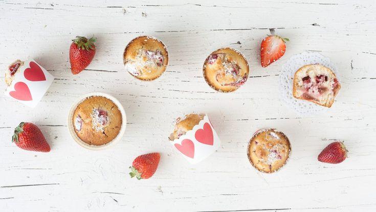 I Muffin fragole e cocco sono dolcetti perfetti da servire durante la colazione di grandi e piccini, con una buona tazza di latte, o durante una golosa merenda pomeridiana. Le fragole, grazie al trucchetto della farina, non scenderanno sul fondo e, presenti in grande quantità , doneranno ai muffin un sapore ed una consistenza unica. Per renderli belli alla vista ho messo le fragole anche in superficie e li ho cosparsi, una volta cotti, con la farina di cocco, ma va benissimo anchelo…