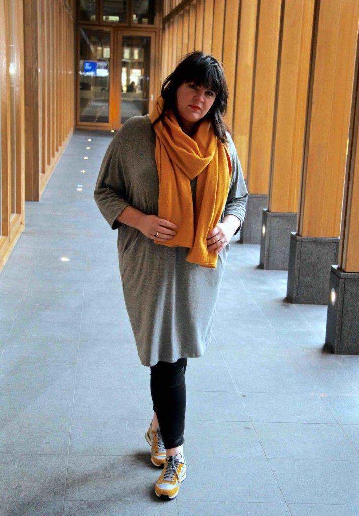 x-two, grijs jurkje, met zakken, grote maten, wondervol, gele sjaal