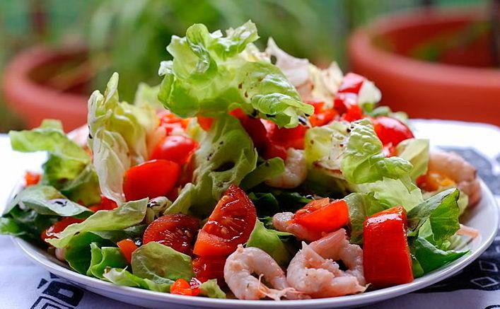 Рецепт салата — Якорёк  Рецепт салата «Якорёк» нам подсказал один из наших читателей сайта. По его мнению, этот салат очень вкусный, и отлично подойдёт для тех кто соблюдает пост или придерживается диеты. Мы попробовали приготовить этот рецепт салата, и теперь готовы поделиться этим салатом «Якорёк» с вами. Этот вкусный салат из морепродуктов готовиться из мидий, креветок, кальмаров и помидор, и заправляется прекрасным соусом.   #рецепты  #кулинария  #салаты  #Постные_Рецепты