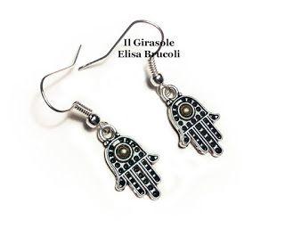 Orecchini pendenti con mano di fatima in argento tibetano. Molto leggeri e particolari, confezionati con materiali senza nichel. Gli orecchi...