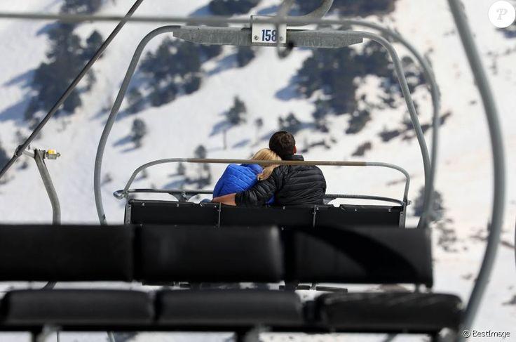 Emmanuel Macron et sa femme Brigitte Macron dans la station de ski Grand Tourmalet (La Mongie / Barèges), France, le 12 avril 2017. Ils empruntent un télésiège pour se rendre dans le restaurant d'altitude pour le déjeuner. C'est un retour aux sources pour le candidat à la présidentielle. C'est en effet là que dans sa jeunesse, il a appris à marcher et à skier. © Dominique Jacovides/Bestimage