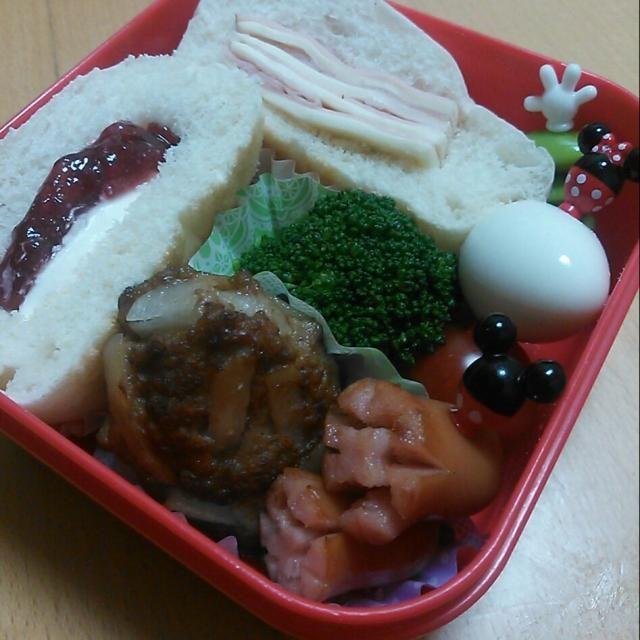大好きなtomoさんのジャガバーグ&2色サンドウィッチ(ハムチーズ&イチゴジャム・クリームチーズ) - 60件のもぐもぐ - 今日のお弁当さん☆Tomoko Itoさんのジャガバーグ&2色サンドウィッチ♪ by mkayo