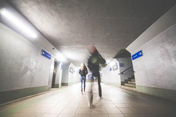 Gente en tunel de metro