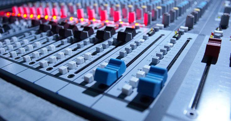 Cómo conectar una mezcladora a un amplificador. Un mezclador de sonidos ajusta el balance de tono y volumen de diversos dispositivos de audio, tales como micrófonos, instrumentos musicales y componentes estéreo, para transmitirlos a un amplificador. El amplificador provee potencia para reproducir el sonido en un conjunto de altavoces. Un mezclador se conecta a un amplificador con un conjunto ...