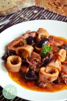 Καλαμαράκια με ελιές σε πικάντικη σάλτσα, μια νηστίσιμη, πολύ εύκολη και απλή συνταγή, όπου τα καλαμαράκια συνδυάζονται άψογα με τις ελιές, τρώγονται