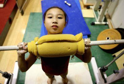 マシンを使った全身のウエイトトレーニングでシゴかれる体操少女