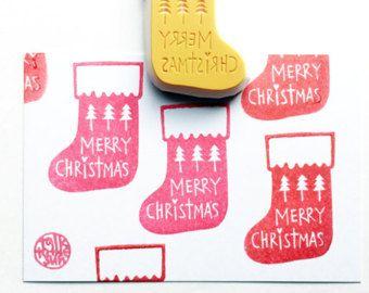 calza di Natale francobollo. bollo di Natale Merry. calzino mano intagliata timbro di gomma. fabbricazione di cartolina d'auguri di Natale. artigianato di vacanza per la famiglia